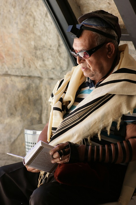 A man praying with tefillin